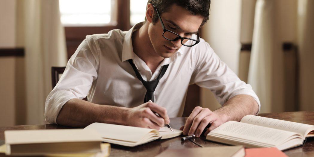 młody pisarz opracowujący swoją książkę