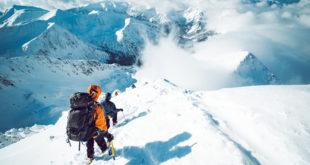 wspinacze górscy w kombinezonach w górach