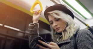 dziewczyna słuchająca w metrze muzyki ze smartfona