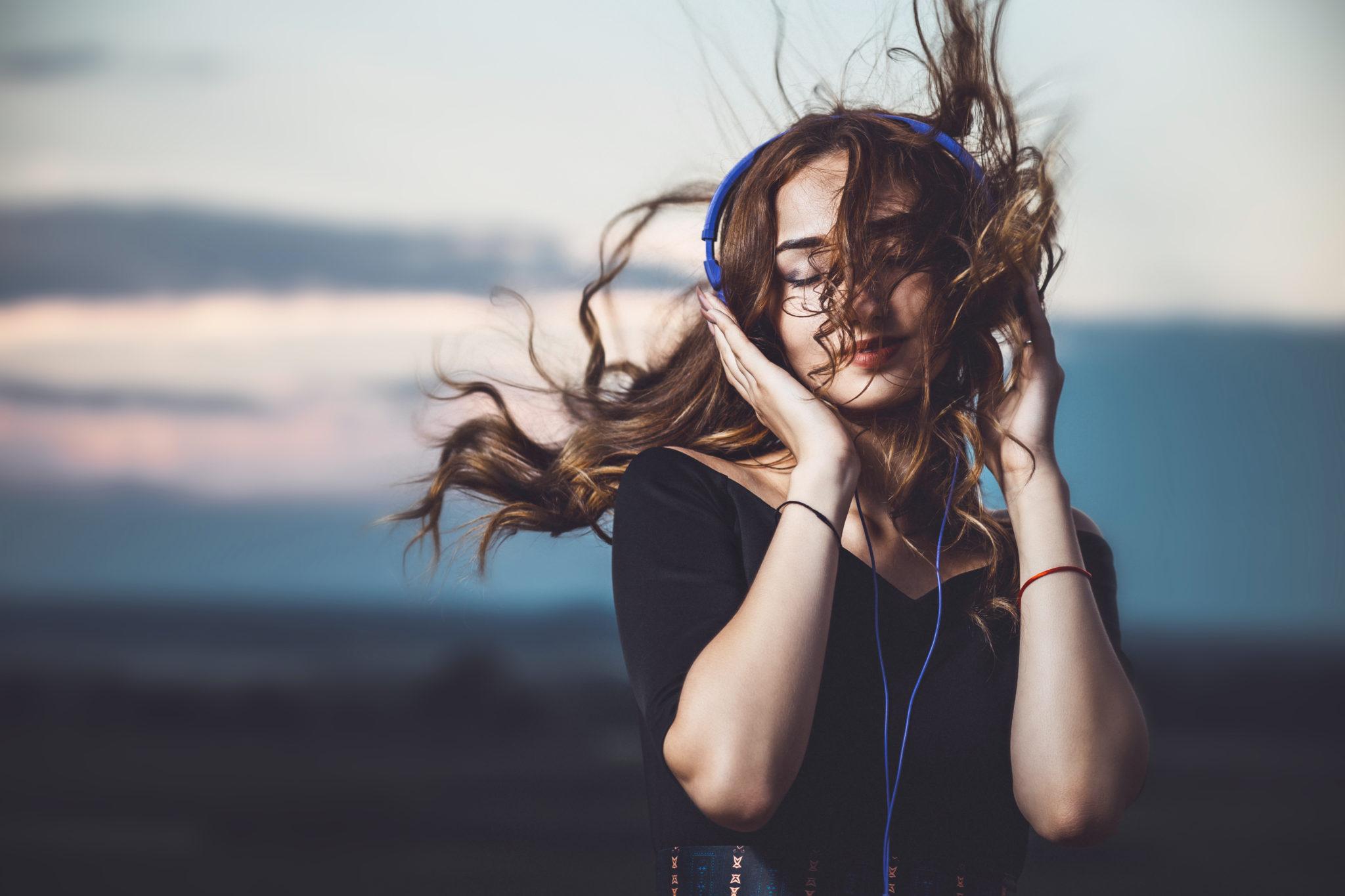 dziewczyna słuchająca muzyki na łonie natury