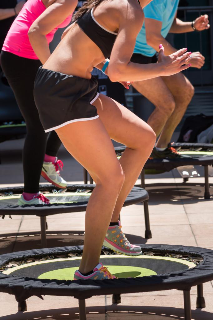 Skoki na trampolinie możemy ćwiczyć w klubach oraz w domu | fot.: Fotolia