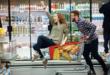 kobieta i mężczyzna robią zakupy w hipermarkecie
