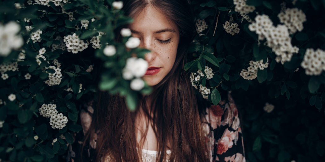 kobieta w stylu boho na tle krzewu tawuły