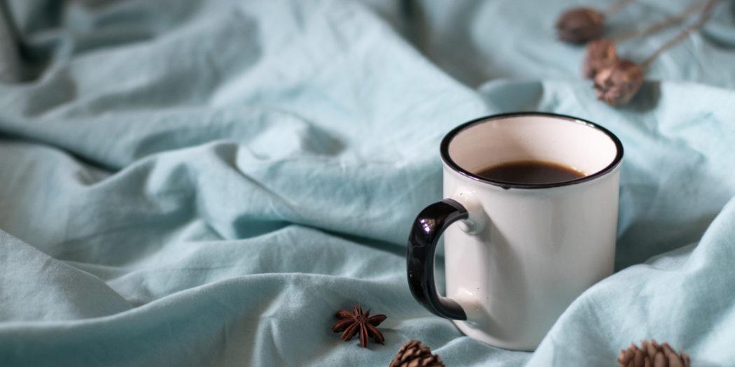 lagom kawa w tradycyjnym metalowym kubku