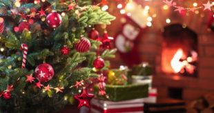 Choinka świąteczna przy kominku