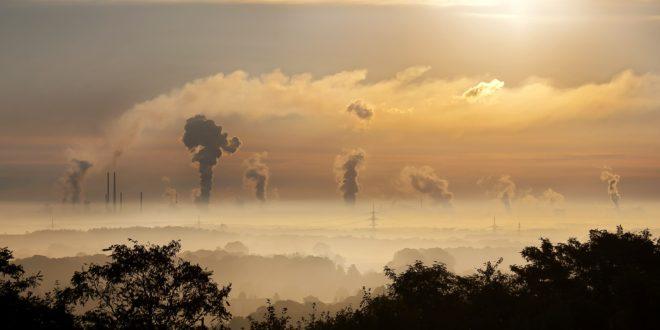 Smog i dymiące kominy