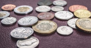 Dużo monet na stole