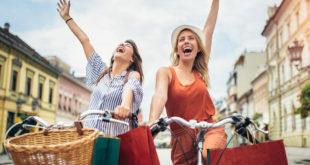 Dwie kobiety na rowerach