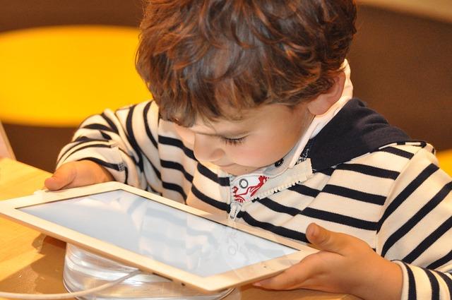 Dziecko patrzy w tablet