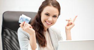 Kobieta wymienia walutę online