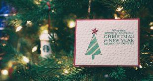 Kartka świąteczna na tle zielonej choinki