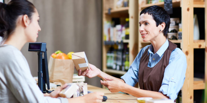Klientka i sprzedawczyni w sklepie