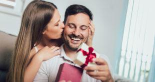 Kobieta daje prezent partnerowi