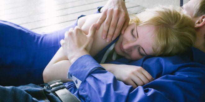 Kobieta w ramionach mężczyzny