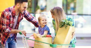 Młoda szczęśliwa rodzina na zakupach