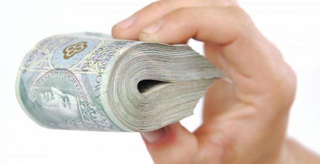 Dużo banknotów 100 zł w ręku