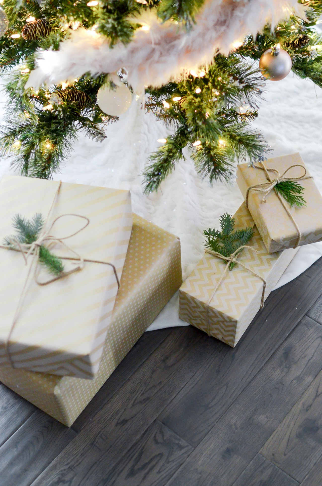 prezenty umieszczone pod choinką