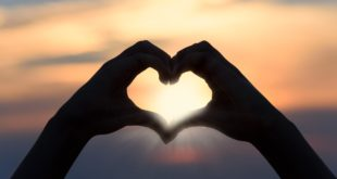 Ręce złożone w serce