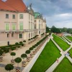 Ogród przy zamku to przestrzeń 4 tys. m kw.: soczysta zieleń trawników i rabatki kwiatowe, które zmieniają się w zależności od pory roku | Fot.: Aleksandra Nawarycz