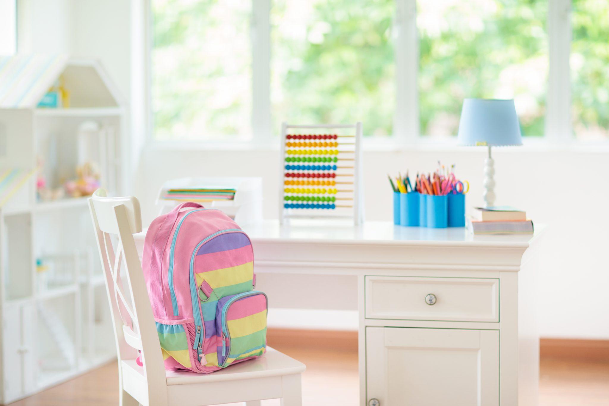 dziecięce biurko w pokoju dziecięcym