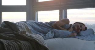 Kobieta śpiąca na poduszce ortopedycznej