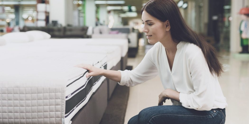 kobieta wybierająca w sklepie materac