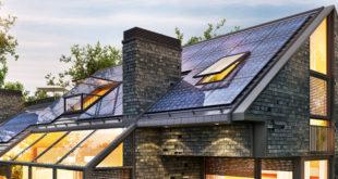 panele fotowoltaiczne na dachu nowoczesnego domu