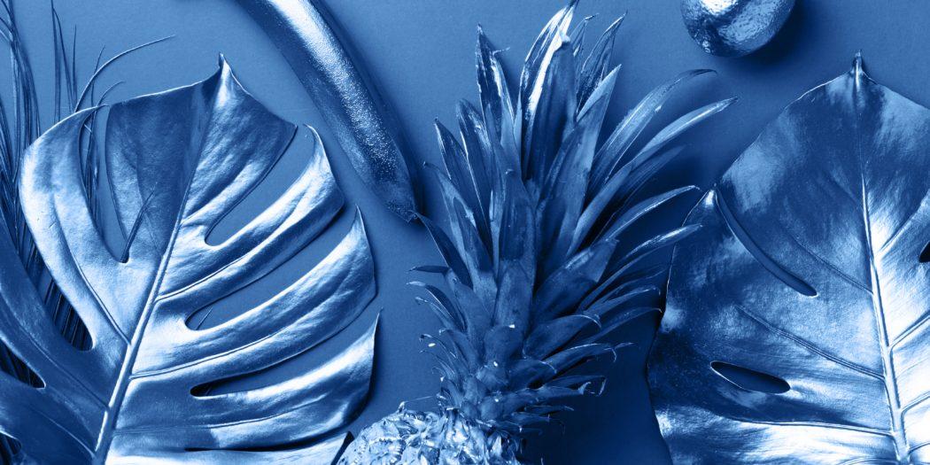 owoce egzotyczne i liście w kolorze classic blue