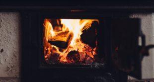 płonący kominek w domu