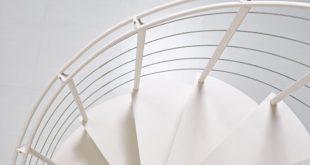 Białe spiralne schody