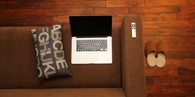 Biuro w domu - brązowa podłoga