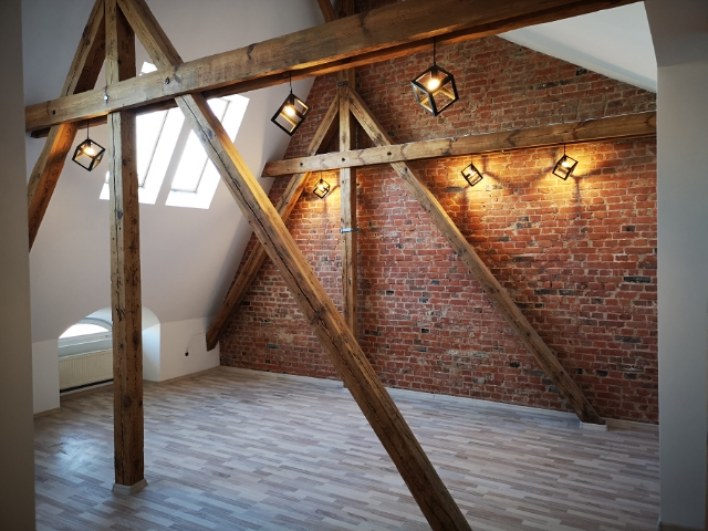 Designerskie lampy na ścianie z cegieł