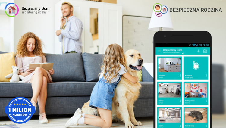 uśmiechnięta dziewczynka z psem i rodzicami z aplikacją Bezpieczny Dom
