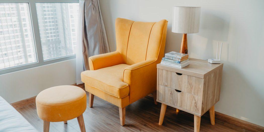 fotel puf i komoda w salonie