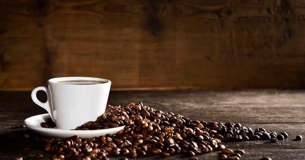 kawa ziarnista obok filiżanki
