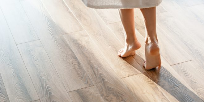 Kobieta idąca po drewnianej podłodze