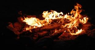 Ogień w kominku tradycyjnym