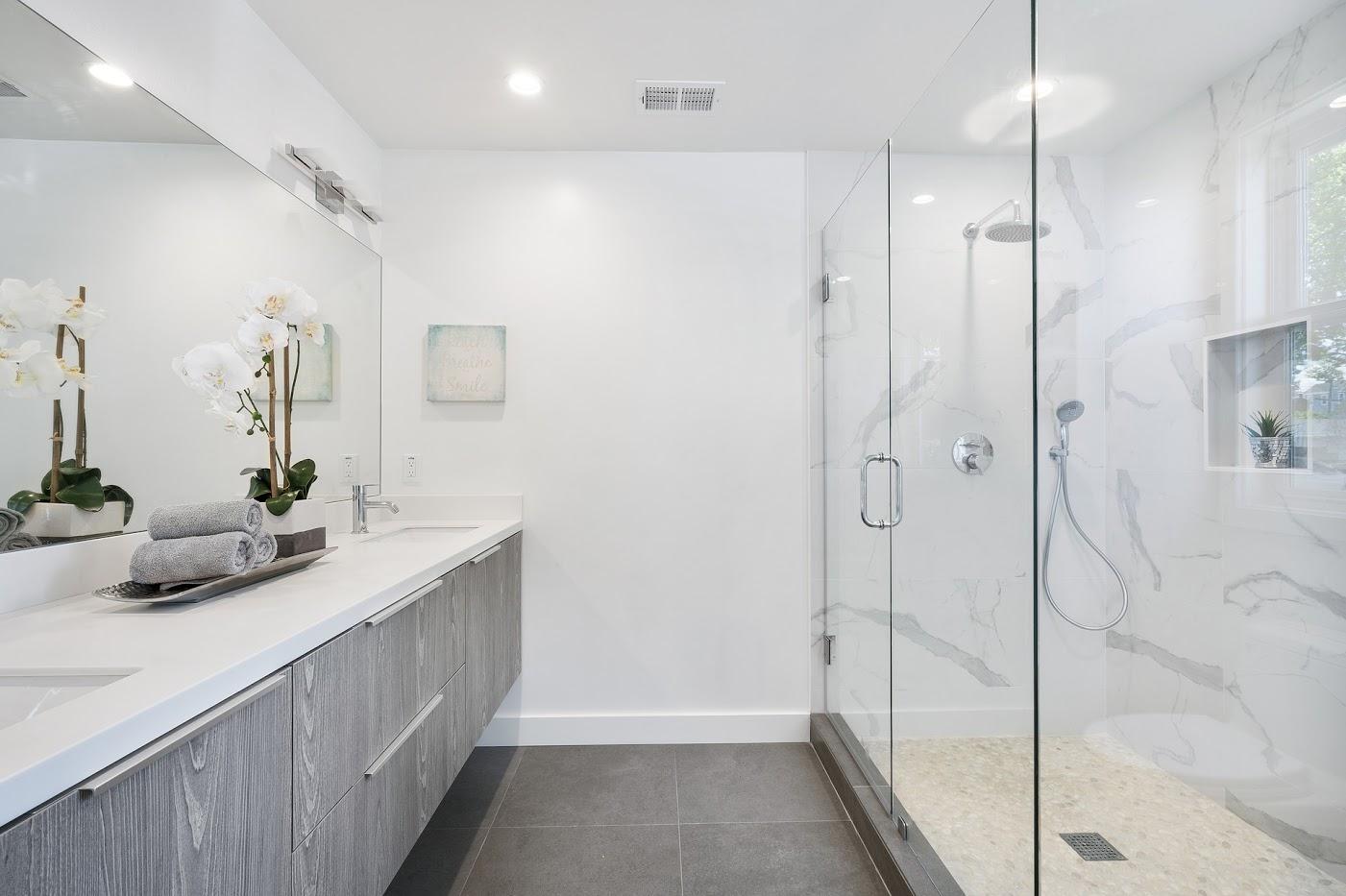 Biel i szarość w łazience