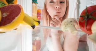 Kobieta i lodówka - zamrażarka