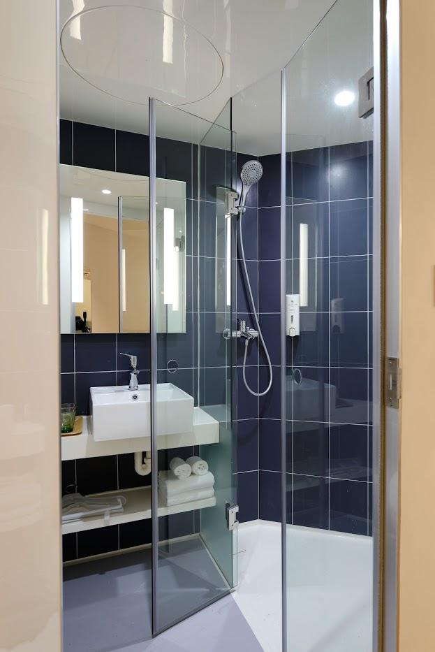 Mała niebieska łazienka