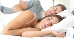 Para śpiąca na materacu