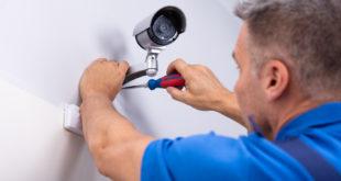 Mężczyzna zakłada monitoring w domu