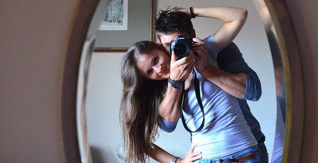 Para w lustrze robi sobie zdjęcie