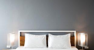 Sypialnia na szaro i biało