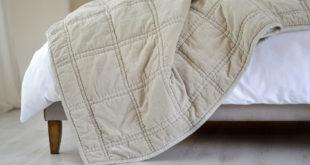 Szara narzuta na łóżko