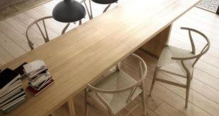 Trzy lampy nad drewnianym stołem