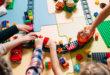 dzieci bawiące się klockami w przedszkolu