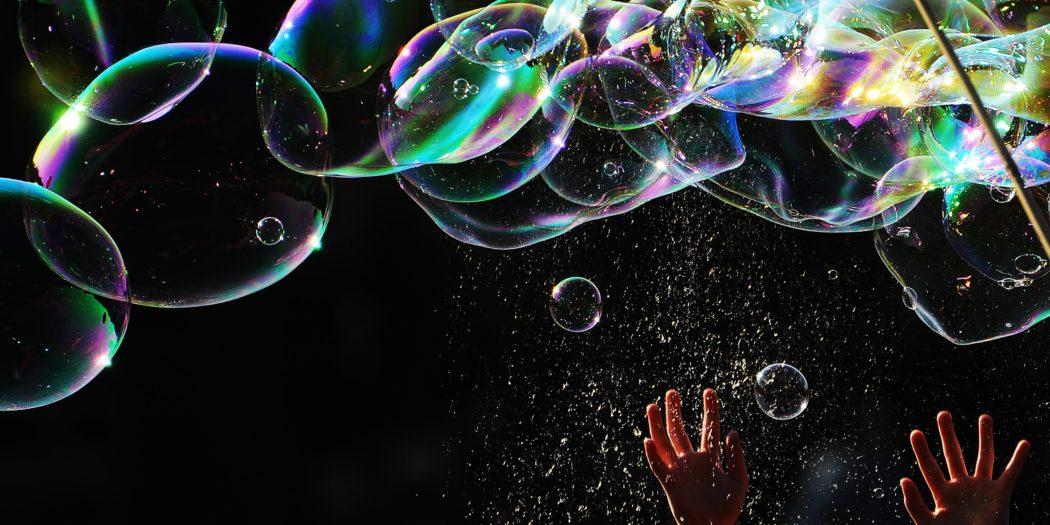 dziecięce rączki wyciągnięte do baniek mydlanych