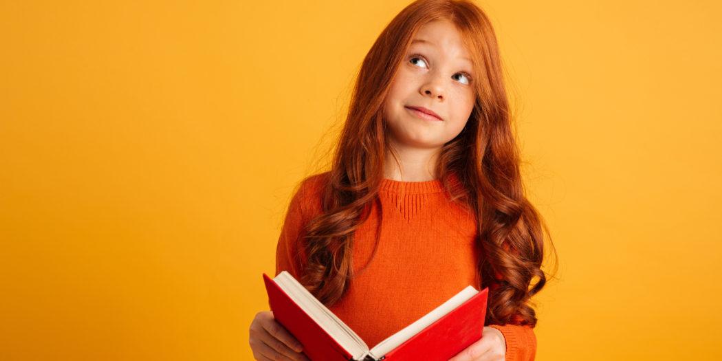 ruda dziewczynka z książką