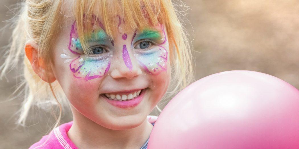 dziewczynka na balu urodzinowym